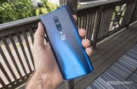 Рука, держащая OnePlus 7 Pro, чтобы вы могли видеть заднюю часть, цвет Туманность Синий.