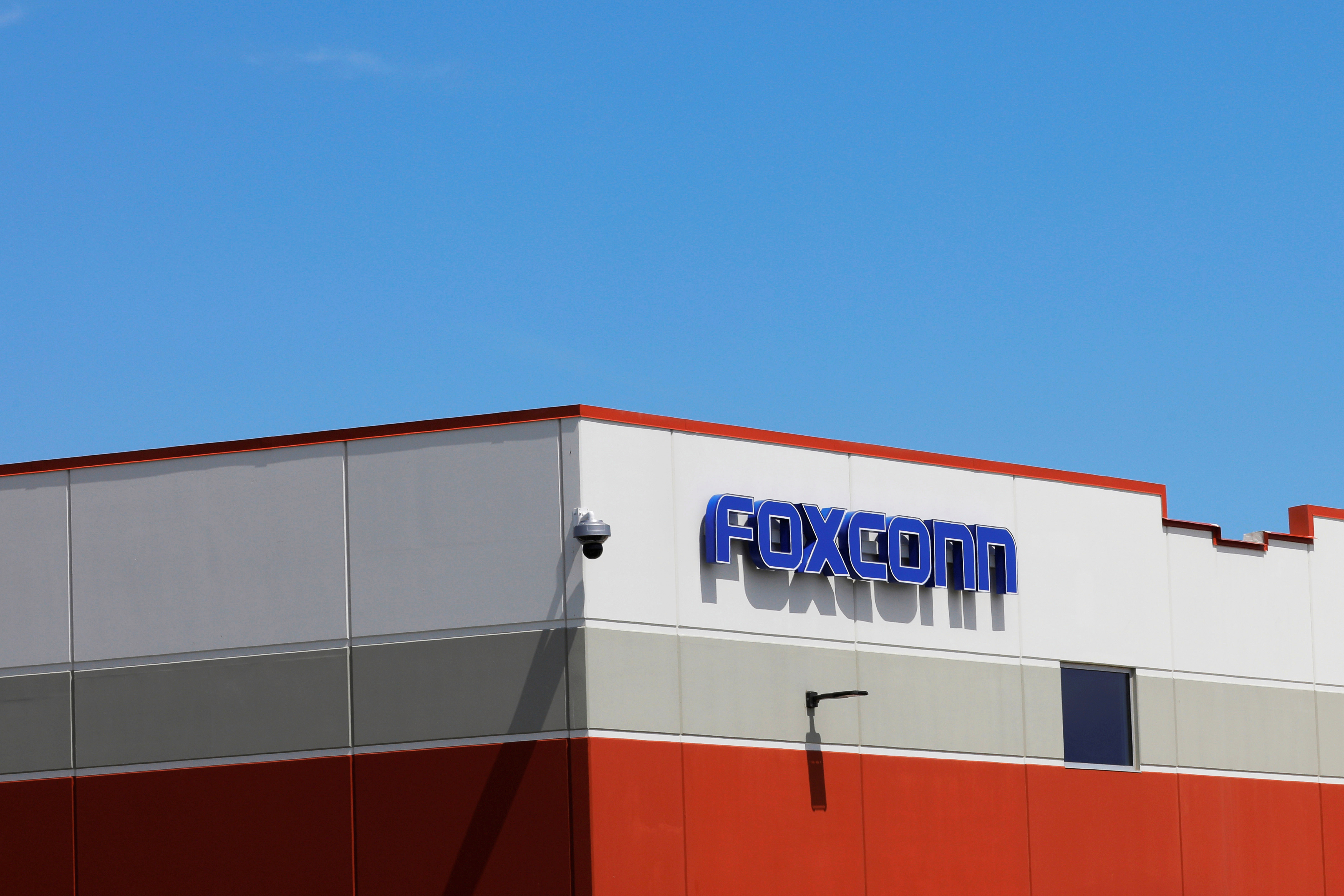 Foxconn сказал, что он будет гарантировать, что он не нарушает законы о труде - в то время как Amazon сказал, что начал расследование