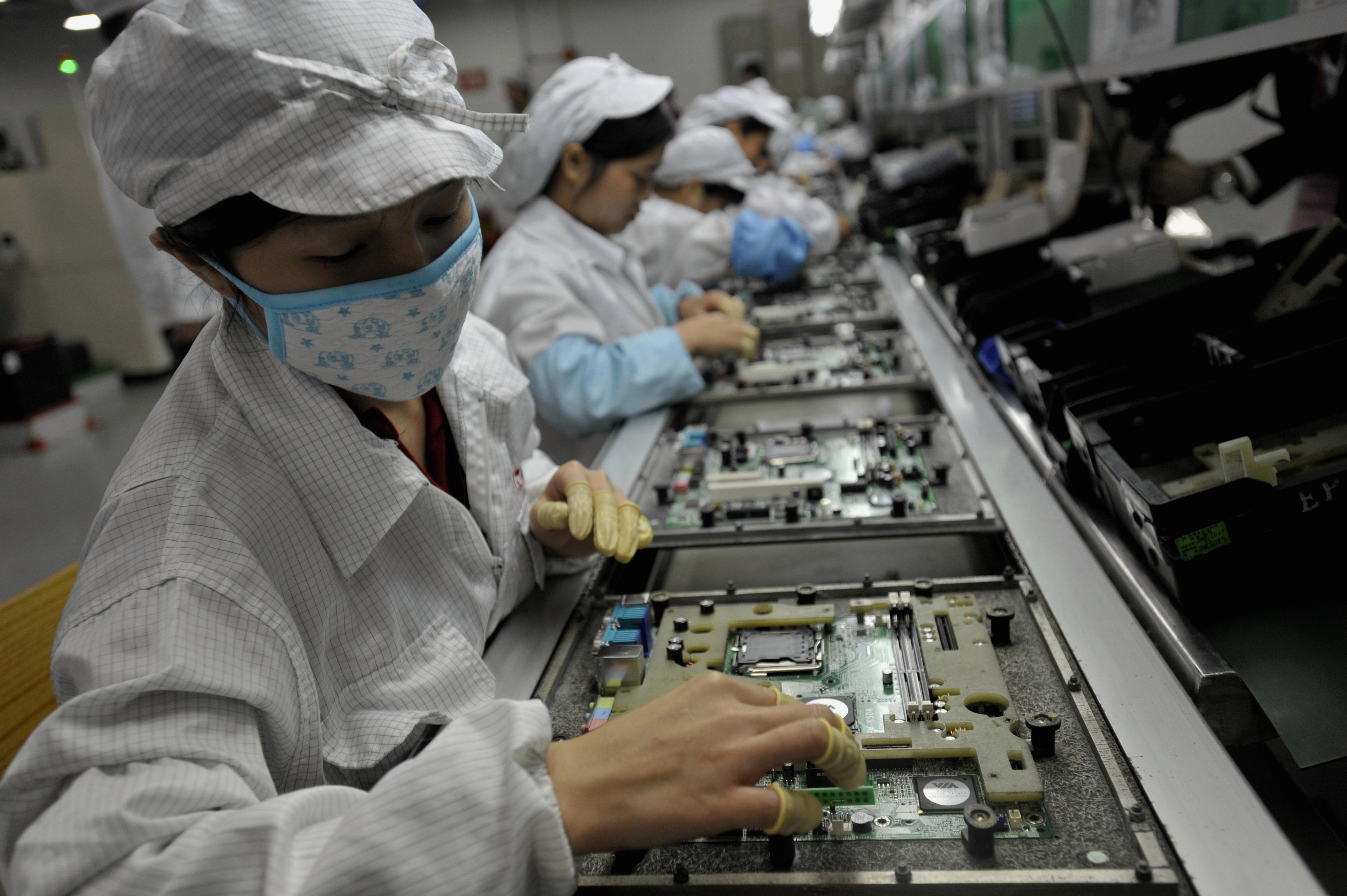 Рабочие на заводе Foxconn в Китае. По сообщениям, подростков-интернов заставили работать на изнурительную смену. Amazonпродукты, благотворительность сказал