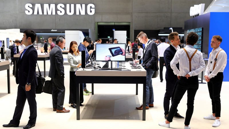 Samsung Flags First Profit Drop in 2 Years on Weak Chip Demand
