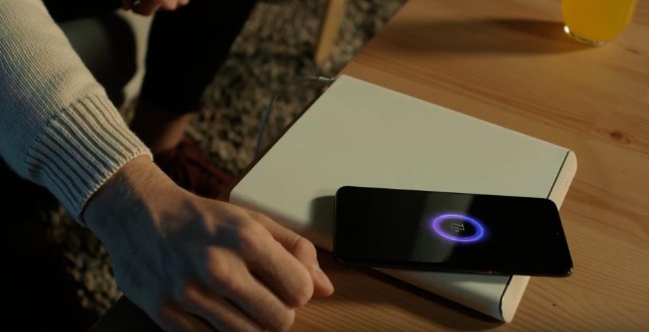 Это футуристическая беспроводная зарядная база, которую Xiaomi представила вместе с Mi Charge Turbo