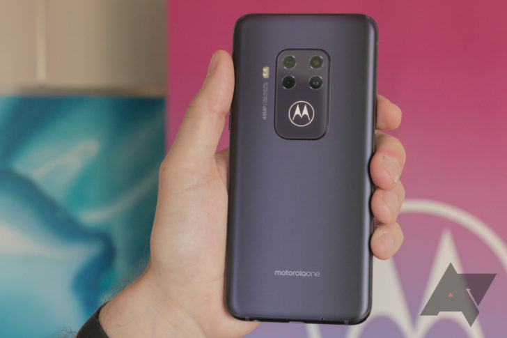 Motorola One Zoom - это полный показ с четырьмя задними камерами и светящимся крылом летучей мыши