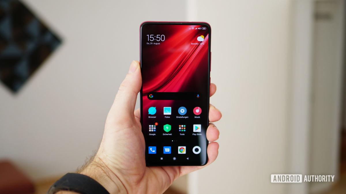 Xiaomi Mi 9T Pro красный домашний экран в руке