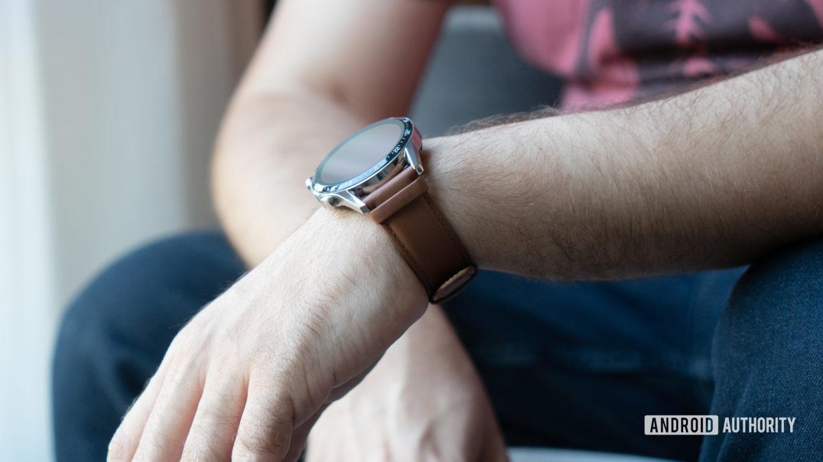 Huawei Watch GT 2 на запястье casual 2