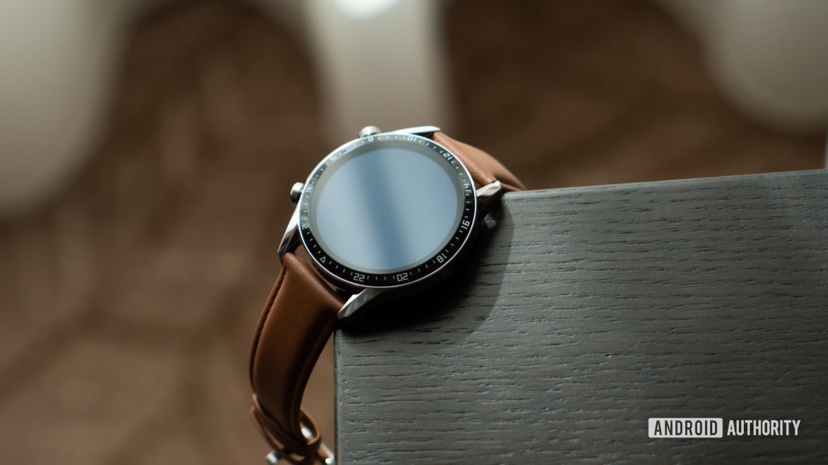 Huawei Watch GT 2 на столе под углом