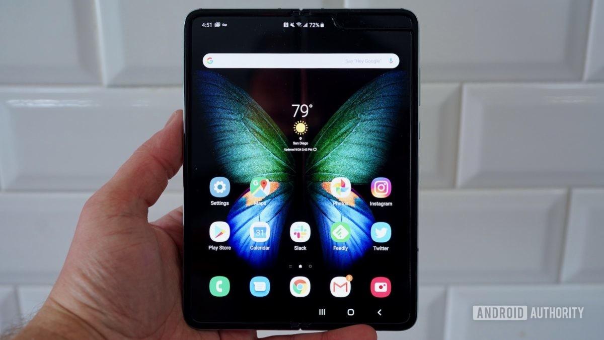 Samsung Galaxy Fold  Обзор открыт в руке