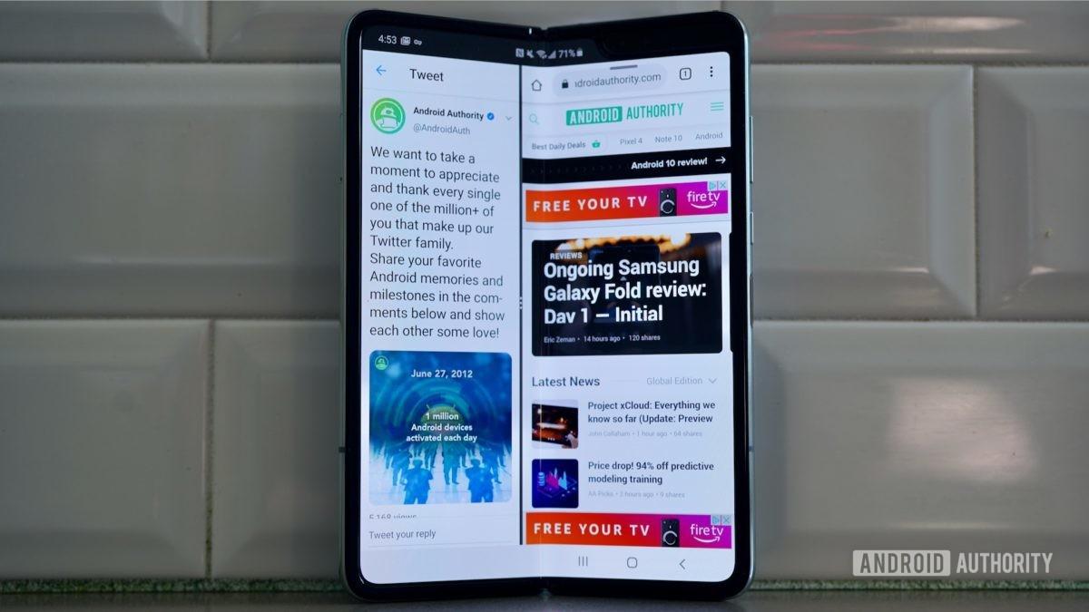 Samsung Galaxy Fold  Обзор против стены