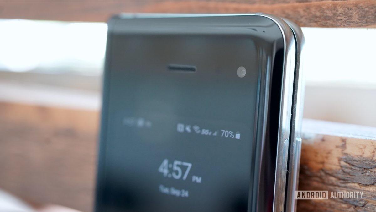 Samsung Galaxy Fold  Обзор фронтальной камеры крупным планом