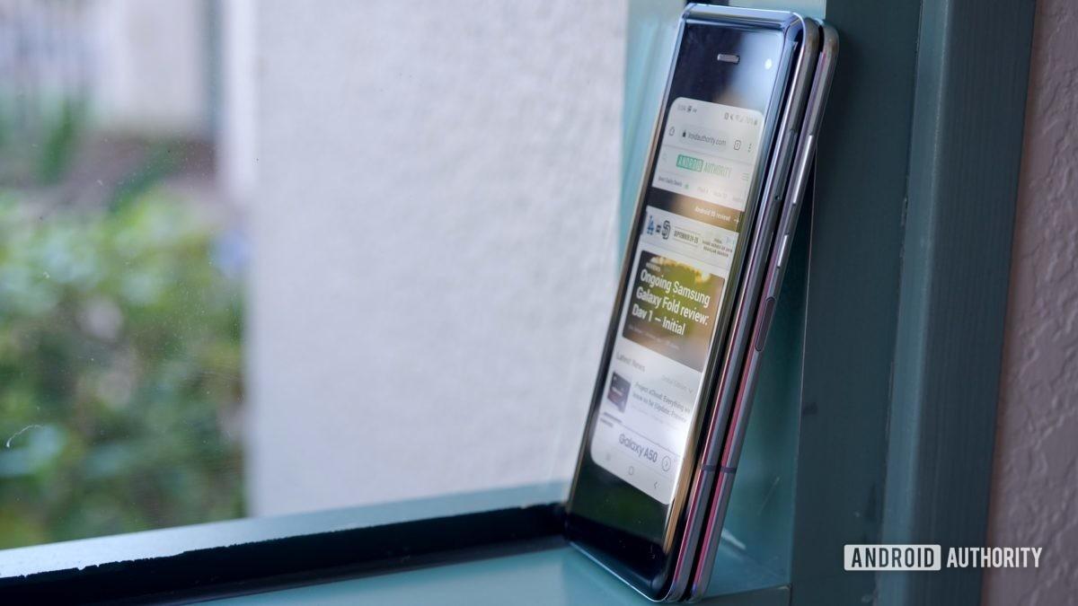 Samsung Galaxy Fold  Обзор подоконника