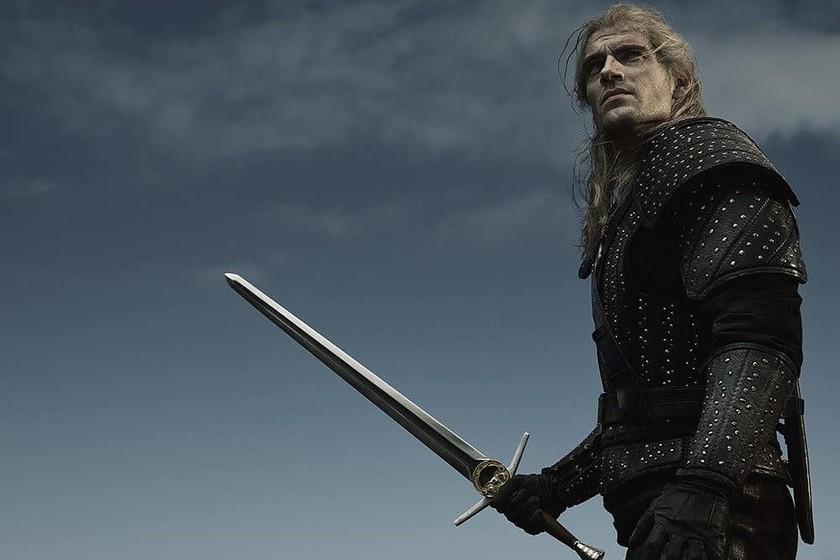 Геральт вновь появляется в новом образе серии Netflix, основанной на Ведьмаке, на этот раз с его стальным мечом